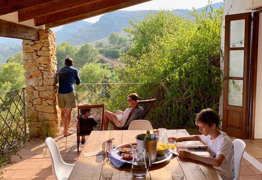 Gäste genießen die Veranda von Finca Iris