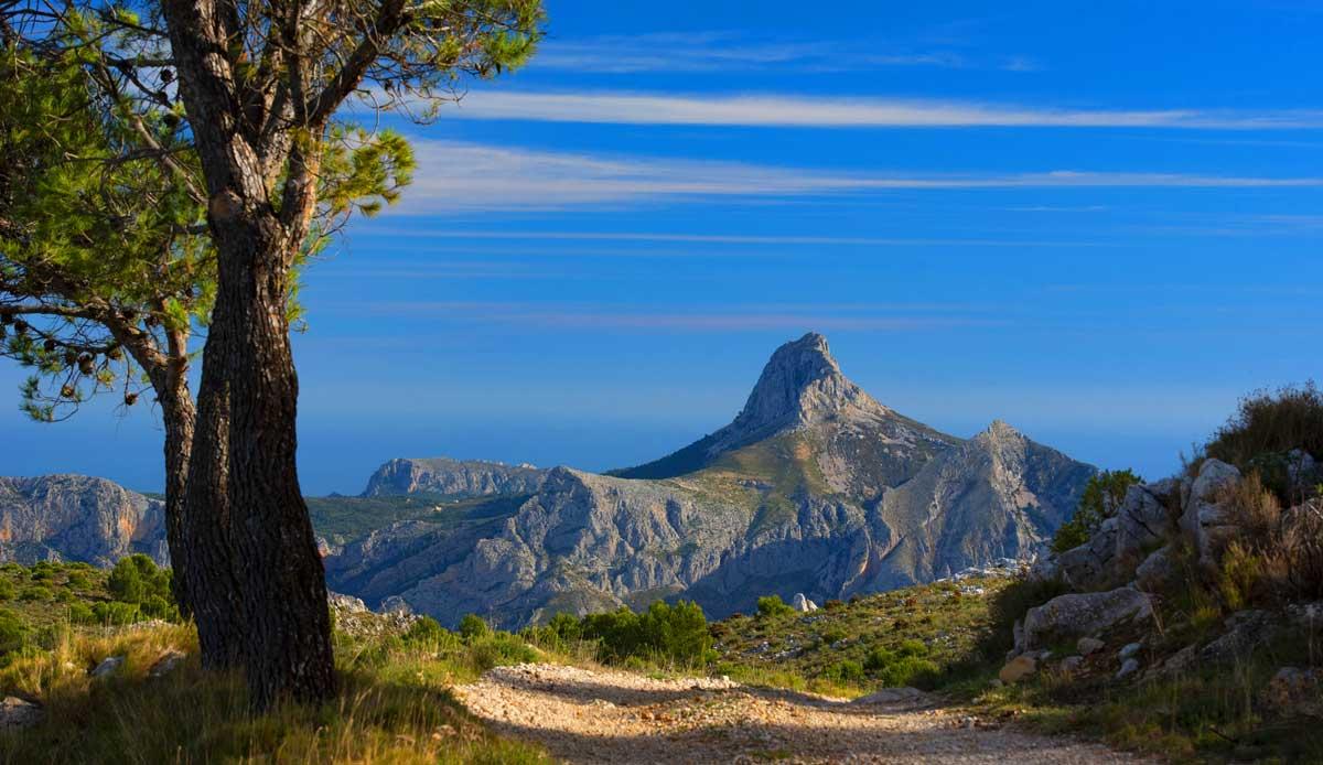 Costa Blanca im Landesinneren der Provinz Alicante der Sierra de Bernia Kamm von hinten