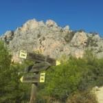 Wandelen Costa Blanca, de Sierra de Oltá pijlen die de weg wijzen