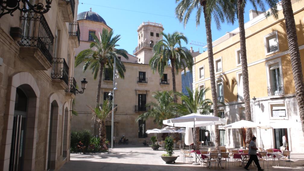 Mooie steden Alicante, een pleintje in het voorjaar