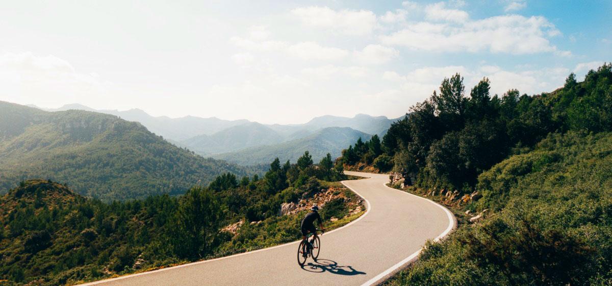 Fietsen tijdens je fietsvakantie in Spanje in het bergachtige Alicante
